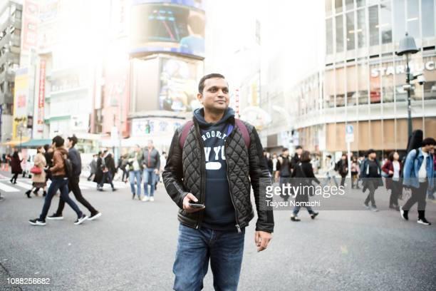 indian tourist who came to the shibuya scramble intersection - figurantes incidentais - fotografias e filmes do acervo