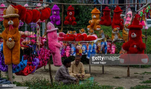 Indian vendors sell fluffy toys on a highway on July 12 2018 in Srinagar the summer capital of Indian administered Kashmir India Kashmir the Muslim...