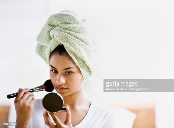 indian woman applying makeup - beautiful east indian women stockfoto's en -beelden