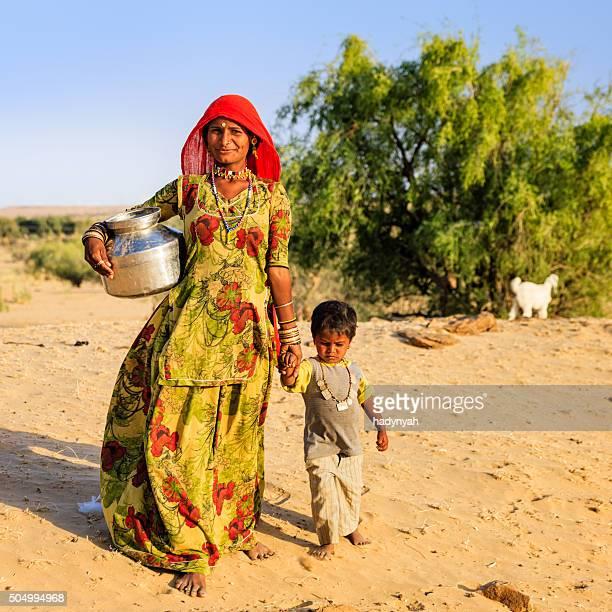 Indische Frau tragen Wasser aus der gut, Rajasthan