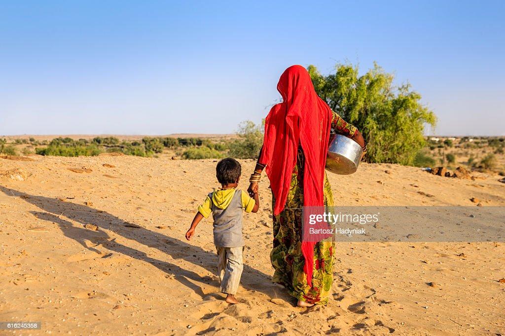 Indische Frau tragen Wasser aus der gut, Rajasthan : Stock-Foto