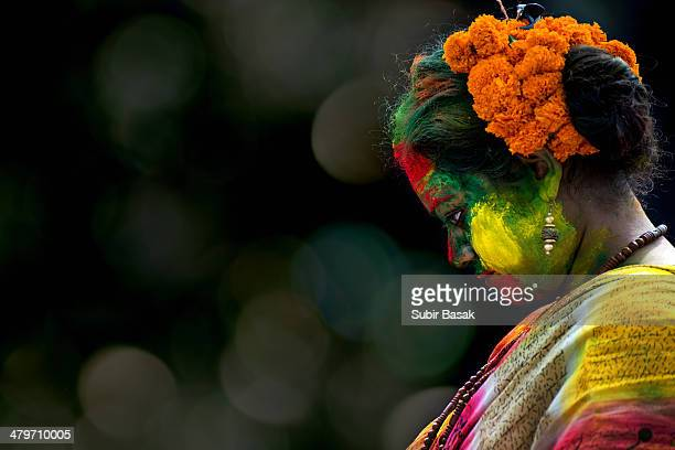 indian woman celebrating holi festival with colors - kolkata stock pictures, royalty-free photos & images