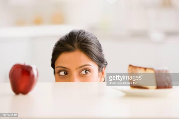 indian woman choosing snack - tentação - fotografias e filmes do acervo