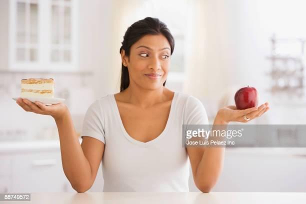 indian woman choosing snack - deux objets photos et images de collection