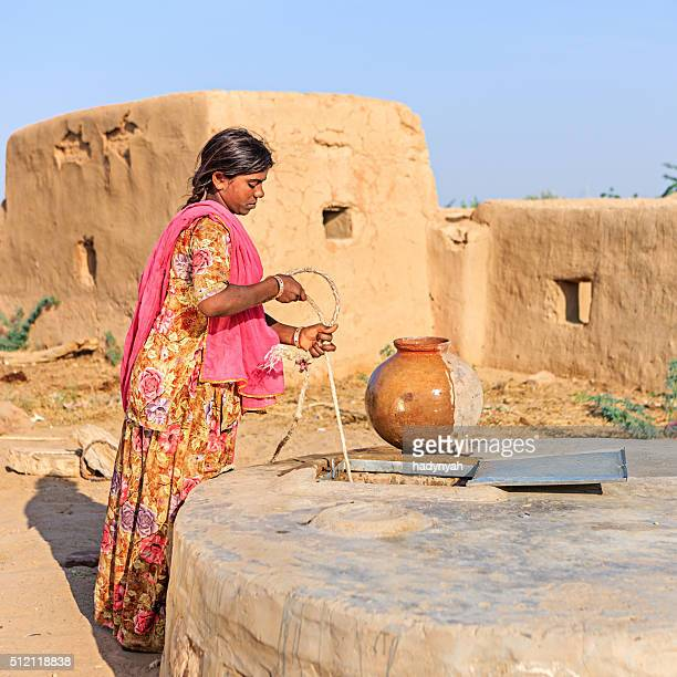 Indische Frau Sammeln von Wasser, Rajasthan