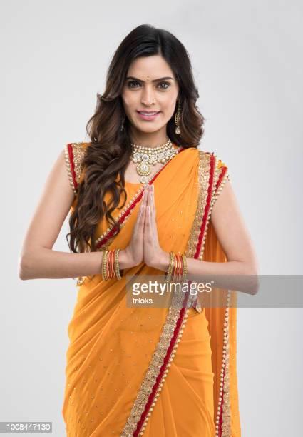 indisk kvinna hälsning - prayer pose greeting bildbanksfoton och bilder