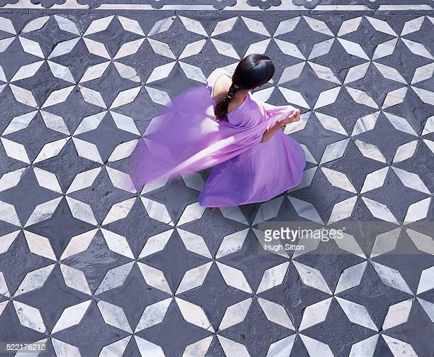 indian woman in purple dress (india, taj mahal) - hugh sitton india stock pictures, royalty-free photos & images
