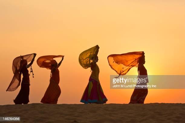インドの女性が着ている服の伝統的な砂漠