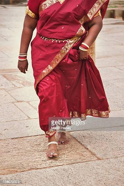 indian woman (31 years old) in traditional red sari walking to worship at temple, sri meenakshi temple, madurai, tamil nadu, india - 30 34 years stock-fotos und bilder
