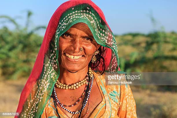 indian woman in village near jodhpur - roupa tradicional - fotografias e filmes do acervo