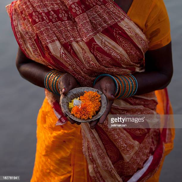 indian woman  offering (puja)  for the gods in varanasi - sari stock pictures, royalty-free photos & images