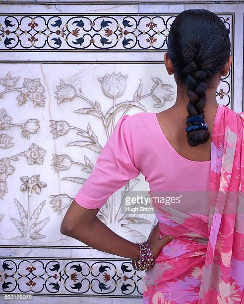 indian woman wearing sari at taj mahal - hugh sitton stock-fotos und bilder