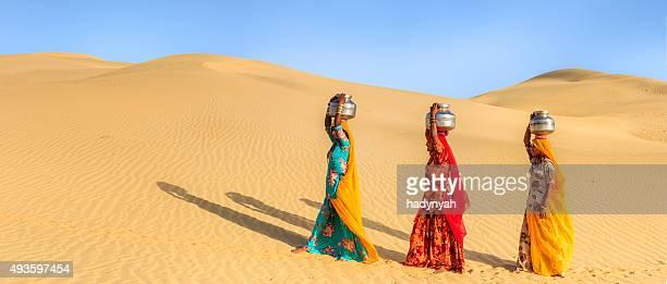 las mujeres indias llevar en la cabeza de local y agua - paisajes de india fotografías e imágenes de stock