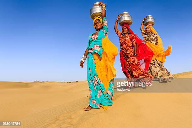 mulher indiana levar sobre a cabeça da água em local bem - rajastão imagens e fotografias de stock