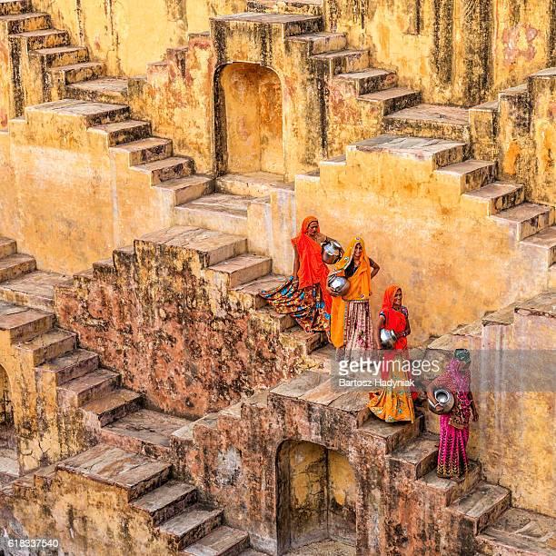 Indian femme transportant l'eau d'Adalaj près de Jaipur