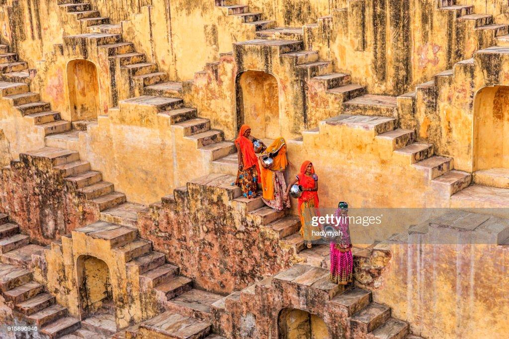 Indian mulheres Carregando água de stepwell perto de Jaipur : Foto de stock