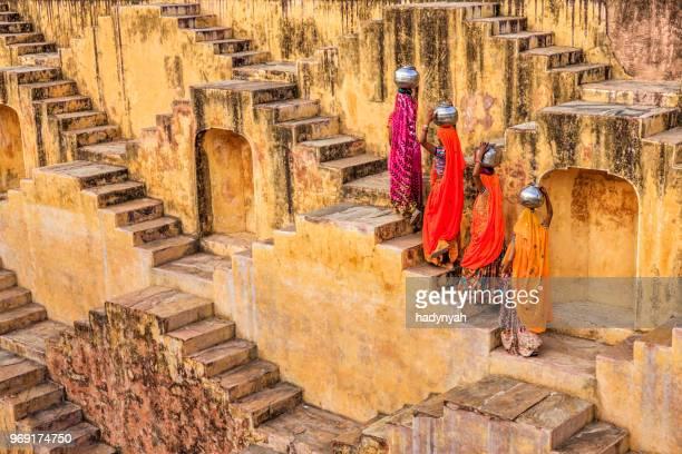 indiska kvinnor bära vatten från stepwell nära jaipur - stepwell bildbanksfoton och bilder