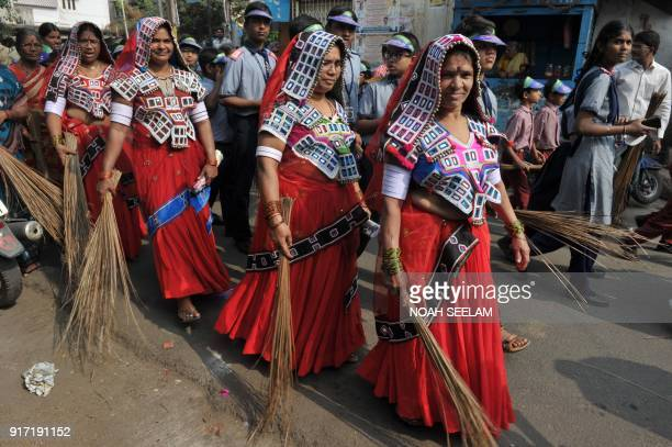 Indian women from the Lambadi triba take part in a 'Swachh Bharat Abhiyan' cleaning campaign in Hyderabad on February 12 2018 / AFP PHOTO / NOAH...