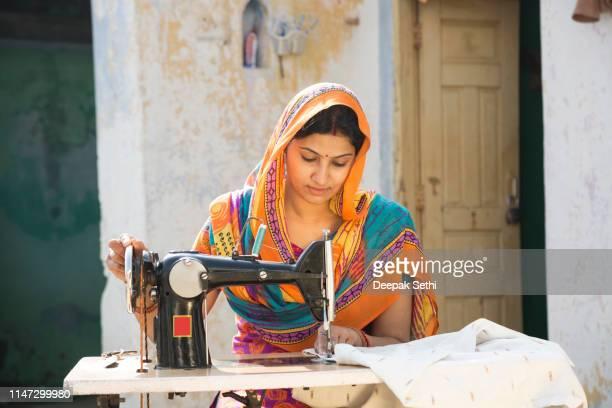 indische frauen nähen tücher maschinell zu hause-bestandsbild - indien stock-fotos und bilder