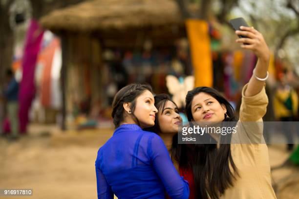 Mujeres indias tomando selfie