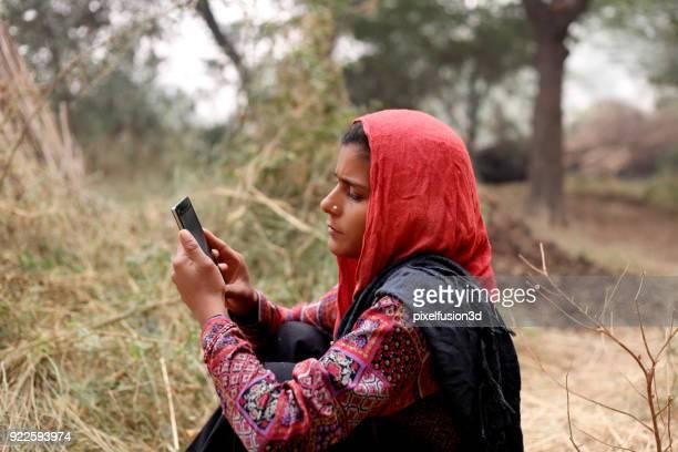 indiska kvinnor som använder mobiltelefon - utvecklingsland bildbanksfoton och bilder