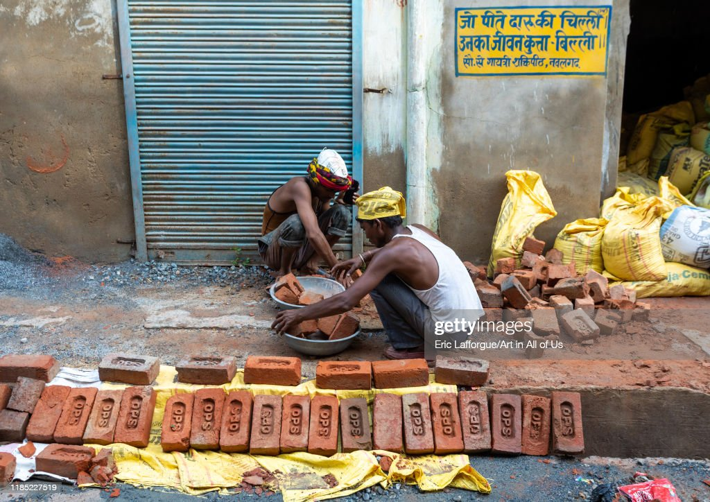 Indian workers building a house with bricks, Rajasthan, Nawalgarh, India... : News Photo