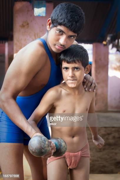 Indian Lutteur garçons, en tenant des haltères ensemble