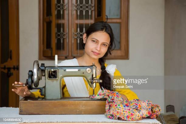 indienne jeune fille couture - stock image - medical stitches photos et images de collection