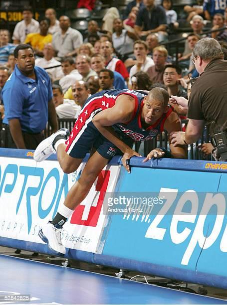 WM 2002 Indianapolis USA RUSSLAND 10682 Reggie MILLER/USA faellt ueber die Bande
