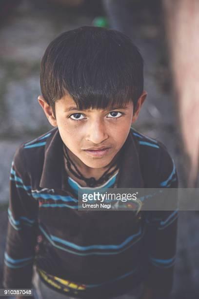 Niño de India/Asia en primer plano de la cámara
