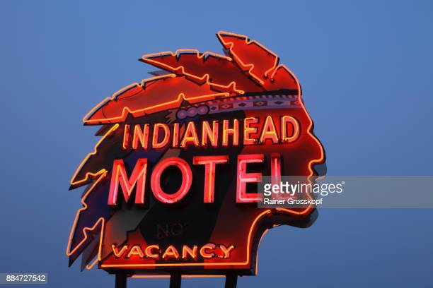 indianhead motel, vintage neon at night - rainer grosskopf foto e immagini stock
