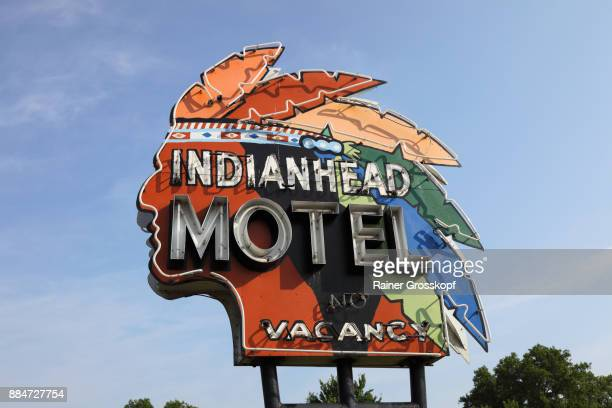 indianhead motel, vintage neon - rainer grosskopf stock pictures, royalty-free photos & images
