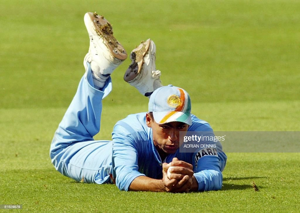 India's Mohammad Kaif dives to catch England's Nic : News Photo