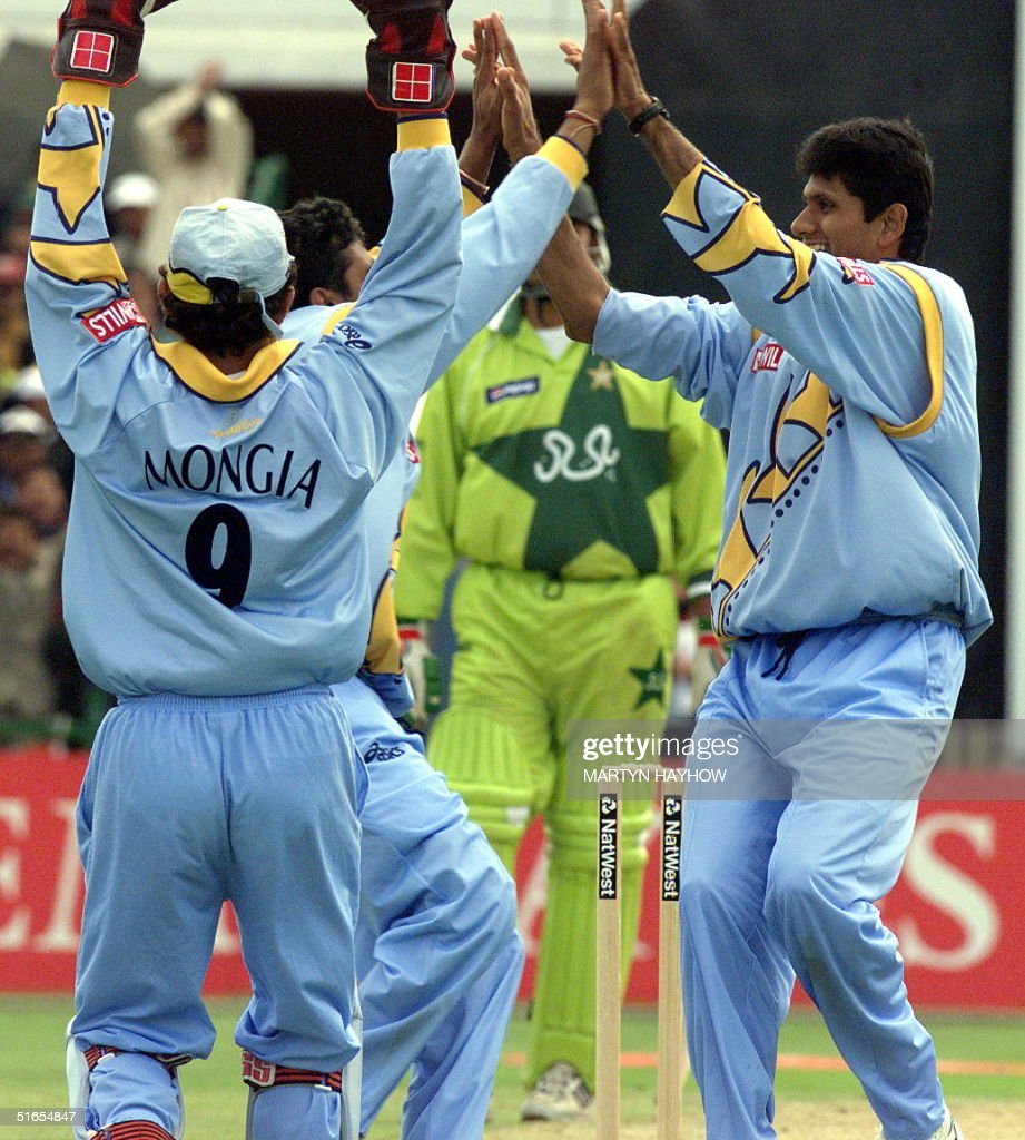 India`s players celebrate taking the wicket of Pak : News Photo