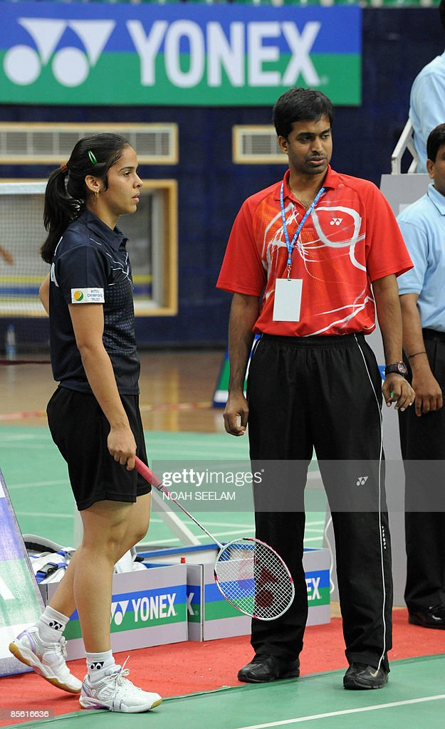 India's Saina Nehwal (L) talks to her co : News Photo
