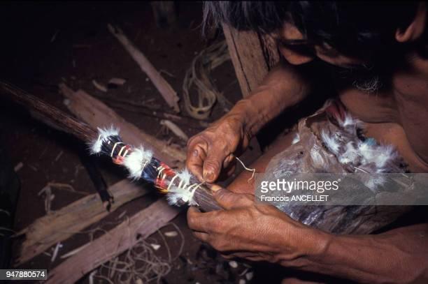 Indien Huaorani fabricant une lance en Equateur en 1991
