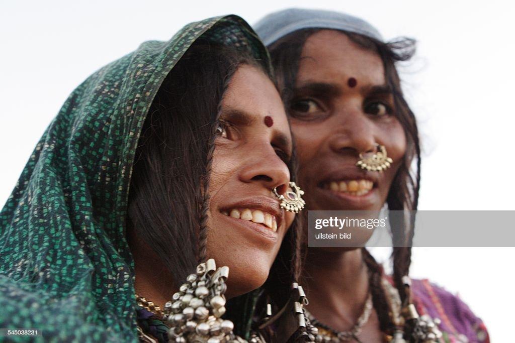 Indien, Indische Frauen mit Nasenring und Bindi auf der