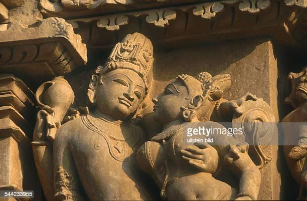 Indien Madhya Pradesh Khajuraho erotische Darstellungen an einem der 22 noch existierenden Tempel erbaut zwischen 950 und 1080 waehrend der Chandela...