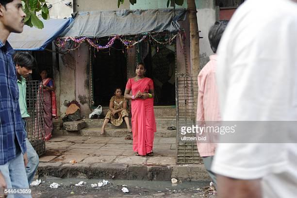 Prostituierte warten vor einem Haus auf der Straße auf Freier