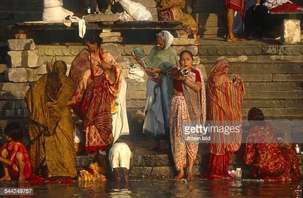 Indien Uttar Pradesh Varanasi Frauen auf Ghats am Ganges bei rituellem Bad 2003