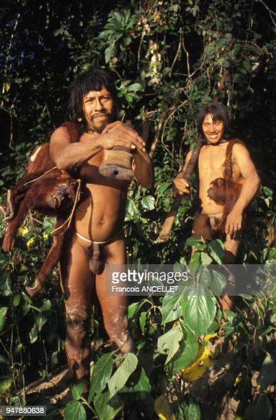 Indiens Huaorani chassant dans la forêt amazonienne en 1991 Equateur