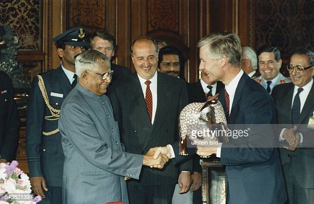 Indiens Präsident Ramaswamy Venkataraman und der Hamburger Bürgermeister Henning Voscherau reichen sich die Hände nachdem Voscherau das Gastgeschenk...