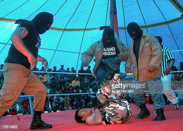 Indigenas aymaras participan de una lucha libre el 12 de noviembre de 2006 en El Alto a 12 Km de La Paz Bolivia Un grupo de pobladores que se...