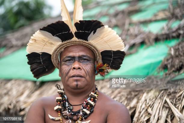 retrato de homem maduro brasileiro indígenas da etnia guarani - cultura indígena - fotografias e filmes do acervo