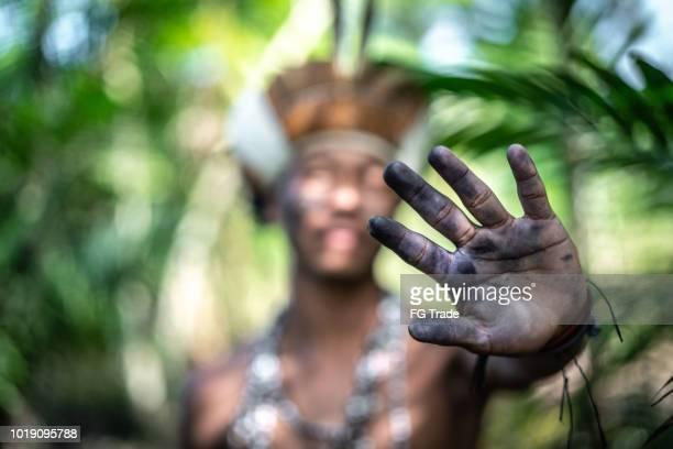 indígena brasileira jovem fazendo uma mão a gesticular - da etnia guarani - cultura indígena - fotografias e filmes do acervo