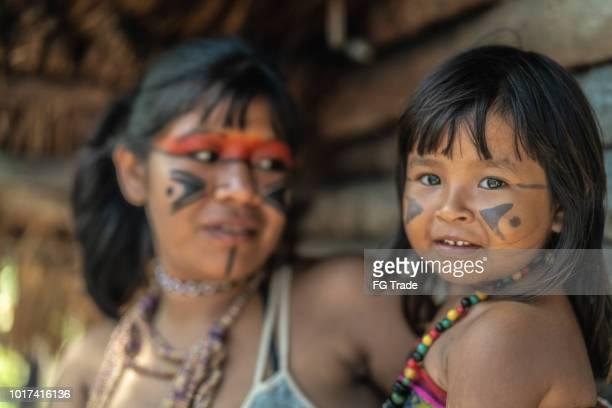 indígena brasileira jovem e seu filho, o retrato do tupi guarani etnia - indio - fotografias e filmes do acervo