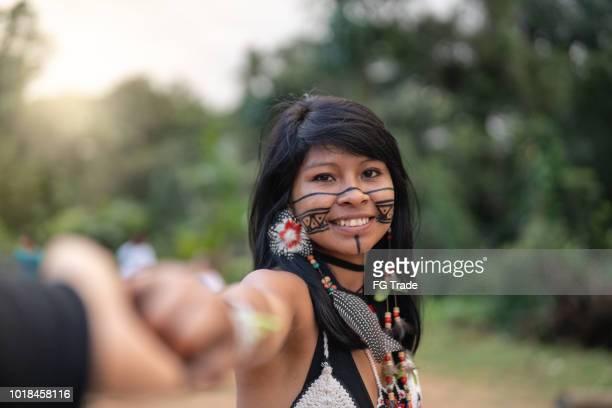 indígena jovem brasileira, de etnia guarani, dando a mão para o namorado - indio - fotografias e filmes do acervo