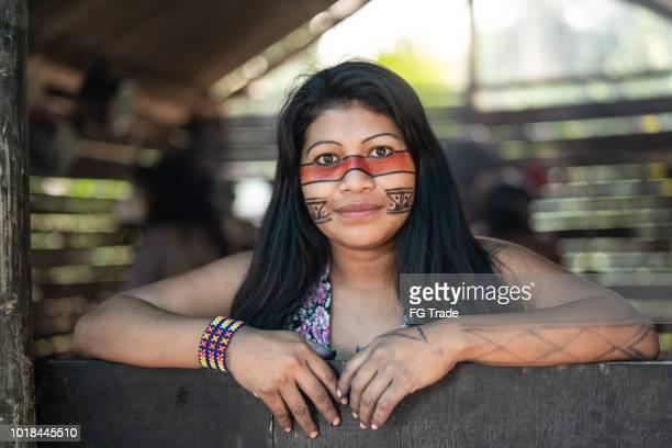indígena brasileira jovem mulher, retrato da etnia guarani, em uma cabana - cultura indígena - fotografias e filmes do acervo