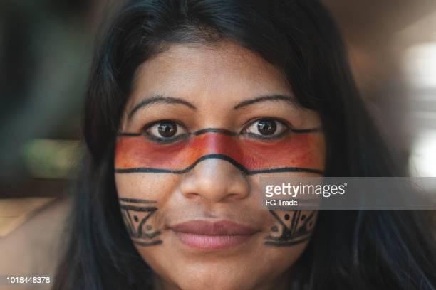 retrato de mulher jovem brasileira indígena, da etnia guarani, em uma cabana - closeup - cultura indígena - fotografias e filmes do acervo