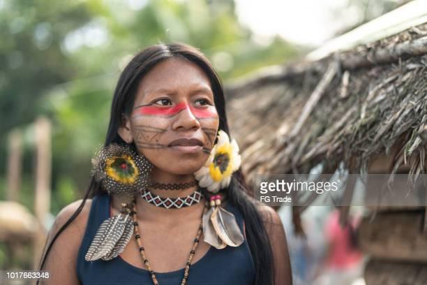 mulher jovem brasileira indígena, retrato da etnia guarani - cultura indígena - fotografias e filmes do acervo